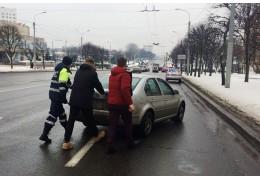 Сотрудники ГАИ в сильный мороз оказывают помощь водителям и пешеходам