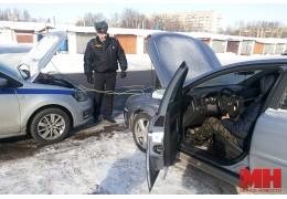 Инспекторы ГАИ оказывают помощь водителям заглохших в мороз машин