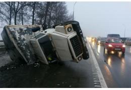 На МКАД опрокинулся грузовик