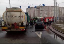 В результате мелкой аварии с участием бензовоза на дорогу вылилось топливо