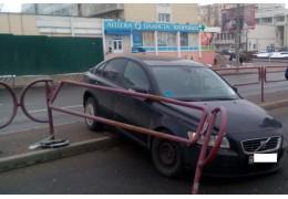 Легковушка врезалась в ограждение на пр. Дзержинского