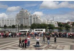 Возле Дворца спорта организовали ярмарку и устроили турнир по силовому экстриму