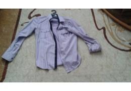 Рубашка светлая, с длинными рукавами