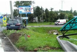 Автомобиль зацепил на МКАД попутную машину, а затем врезался в ограждение