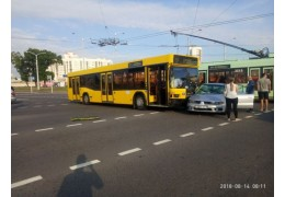 Автобус и легковушка столкнулись на пересечении улиц Семашко и Железнодорожной