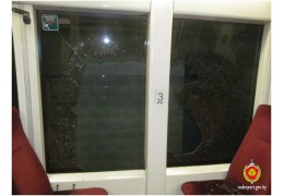 Горожанин бил стекла в трамвае, забрался в чужую машину и попал в ИВС