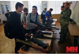 Школьники вместе с курсантами МВД перетягивали канат, стреляли из винтовки