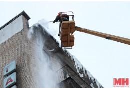 МЧС просит активизировать очистку кровель от снега и наледи