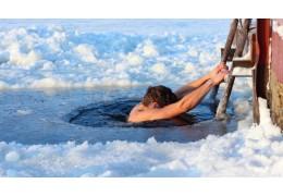 Специалист рассказал, кому противопоказано зимнее купание