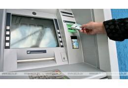 Доля безналичных операций по карточкам в Беларуси впервые приблизилась к 50%