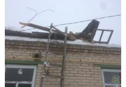 Крыша одноэтажного дома обрушилась, когда внутри находилась семья
