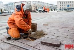 В центре Минска выравнивают тротуарную плитку