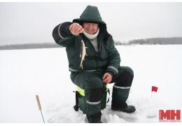Как минчане зимой на льду рыбачат