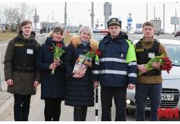 Детям — фликеры, дамам — цветы. Как сотрудники ГАИ поздравляют женщин-водителей
