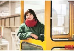 Знаете ли вы, что машинист мостового крана — профессия преимущественно женская?