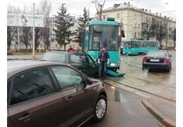 Легковушка и трамвай не разъехались на столичном перекрестке