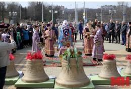Храм-памятник обрел свой голос: на звонницу Всехсвятского подняли новые колокола