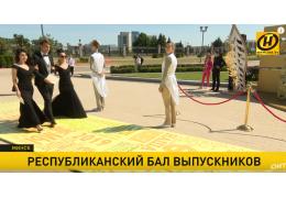 Лукашенко по-дружески посоветовал выпускникам не задирать нос