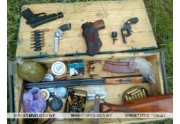 Жительница Барановичей нашла ящик с оружием и боеприпасами