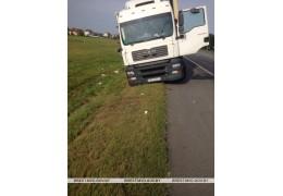 На М1 водитель фуры не справился с управлением и сбил световую опору