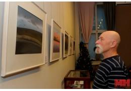 Белорусский художник рискнул выставить свои акварели без стекла.