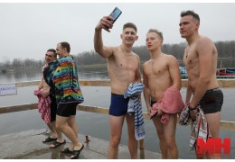 Как окунались в крещенскую купель на Комсомольском озере
