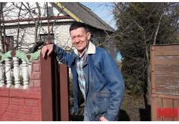 Мужчина взял на себя заботу о парализованной женщине, потерявшей сына и мужа