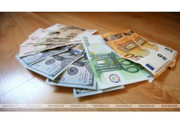 Доллар и евро на торгах 23 апреля подешевели, российский рубль подорожал
