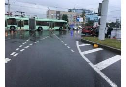 Легковушка врезалась в троллейбус на пересечении улиц Аранской и Маяковского